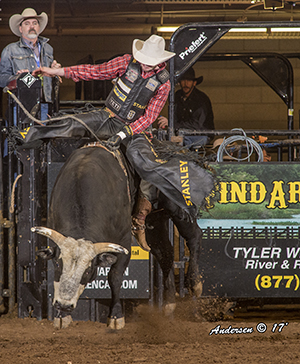 Douglas Duncan rides Chalk Outline for 92.5 points to win bull riding. (RIC ANDERSEN PHOTO)
