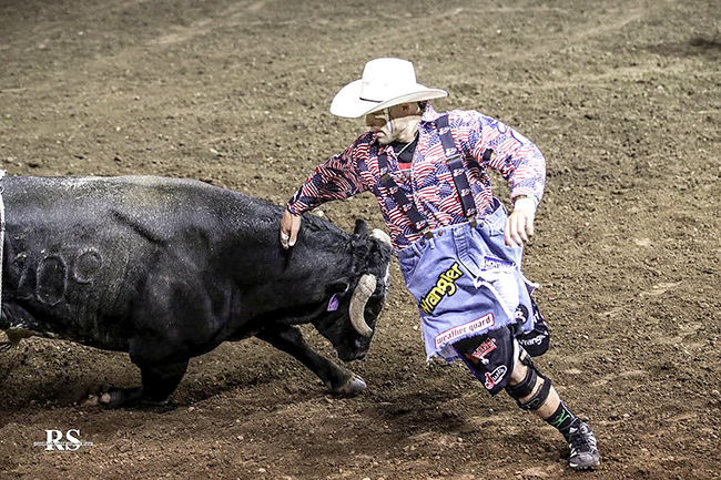 Dusty Tuckness makes a round with WAR Fighting Bulls' Banana Mill during his 83.5-point fight to win BFO-Ellensburg last weekend. (ROSEANNA SALES PHOTO)